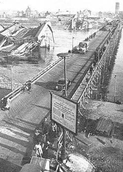 Die Tausendfüßler-(Ponton)-Brücke, gebaut 1945, neben den Trümmern der Hängebrücke