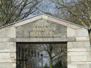 """Eingang zur """"Millionenallee"""" des Melatenfriedhofs auf der Aachener Straße"""