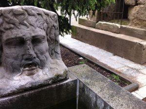Nachbildung eines römischen Trinkwasserbrunnens mit Flussmaske an der römischen Hafenstraße