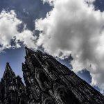 Domtürme vor Wolkenhimmel in Köln