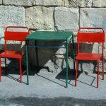 Malta, Stühle und Tisch vor einem Café