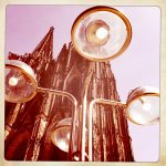 Lampen vor den Kölner Domtürmen