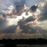 Der Himmel über dem Rhein Die Sonne bricht durch Wolken über dem Rhein, aufgenommen vom Stammheimer Ufer in Köln